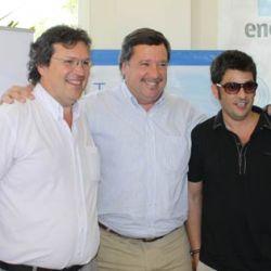 Pablo Rago y Tristan Bauer, junto al intendente de Villa Gesel, quien les dió la bienvenida
