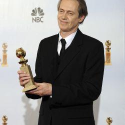 Steve Buscemi con su premio por mejor actor en una serie – Foto: EFE