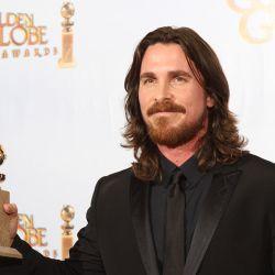 """El actor Christian Bale con su premio por """"The Fighter"""" – Foto: AFP"""