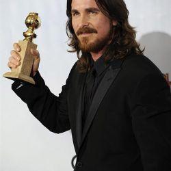 Christian Bale junto a su premio – Foto: EFE