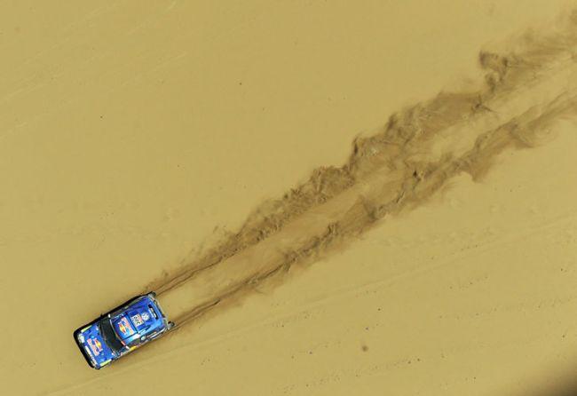 Carlos Sainz durante la quinta etapa. // AFP