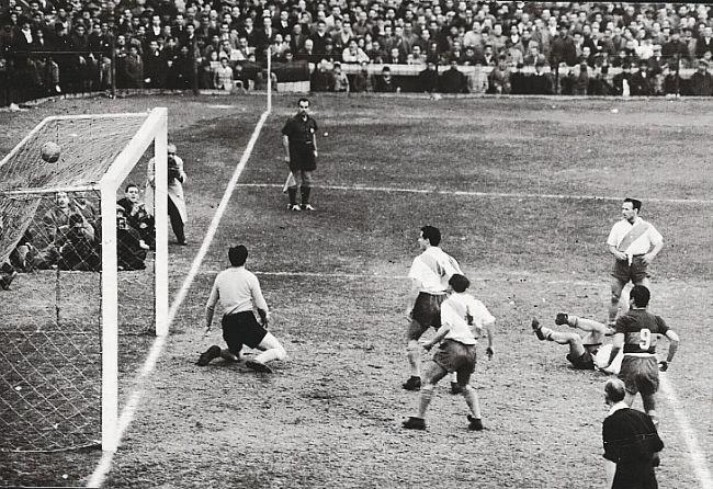 Pérez en el momento de convertir un gol en contra ante Boca en 1952. /CeDOC