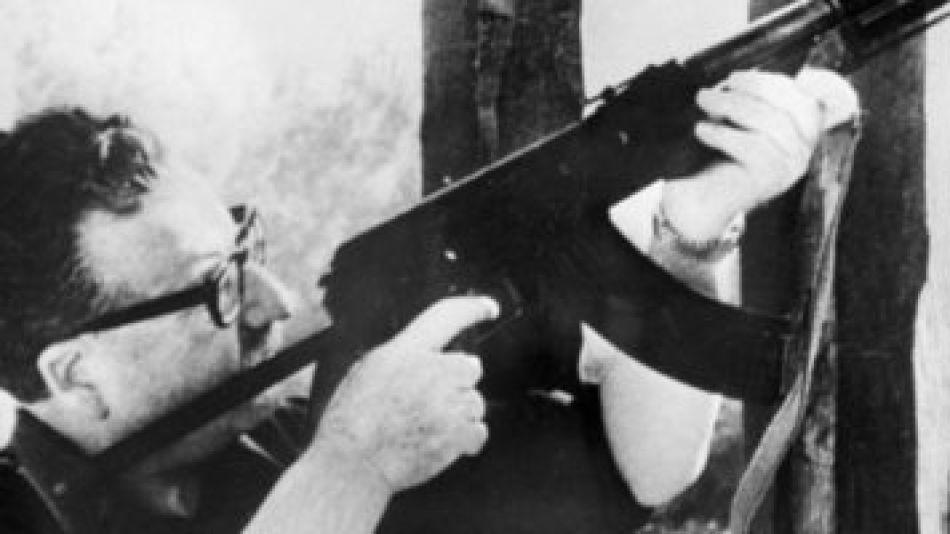 Salvador Allende con su rifle AK-47, de fabricación rusa.