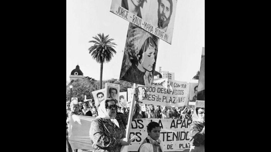 Años más tarde, Bonafini pediría en Plaza de Mayo por sus hijos, hoy desaparecidos.