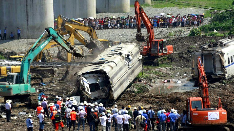 Rescatadores trabajan en los restos de los vagones del tren que cayó por un puente en Wenzhou, en la provincia de Zhejiang al este de China.