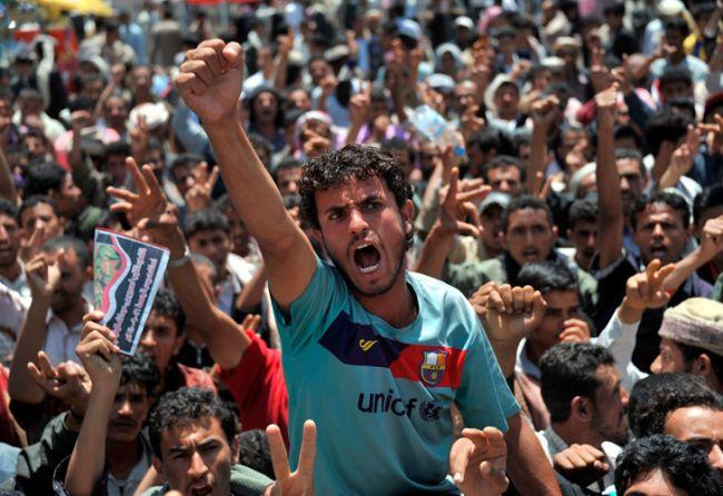 Un manifestante, con la camiseta del Barcelona, grita durante una protesta contra el presidente yemení Ali Abdalá Saleh en Sana, Yemen. Según diversos medios, tropas yemeníes abrieron fuego el 16 de septiembre contra un grupo de opositores hiriendo a once de ellos / EFE