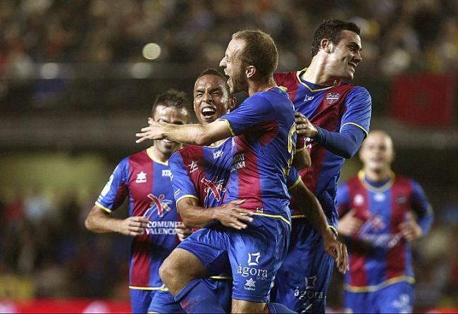 Los jugadores del Levante celebran el primer gol ante el Villarreal. /EFE
