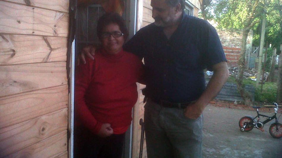 Elsa Rodríguez en la casilla de madera que le cedió el Estado en Berazategui, donde siempre vivió. La acompaña Eduardo Belligoni, del Partido y Polo Obrero. El estuvo junto a la familia en todo el pro