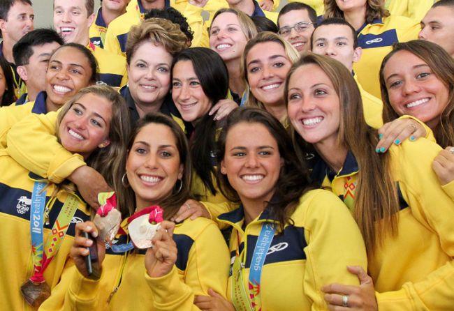 """La presidenta de Brasil, Dilma Rousseff posa para las fotos con un grupo de medallistas de la delegación del país que compitió en los Juegos Panamericanos de Guadalajara en el Palacio de Planalto, en Brasilia. Rousseff afirmó que ellos son """"la esperanza"""" para los Juegos Olímpicos de Río 2016. /EFE"""