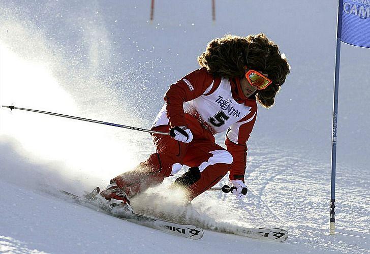 ¿Quién será este esquiador? No es nada menos que el piloto de Ferrari Fernando Alonso, quien aprovechó un evento de Ducati-Ferrari en el que usó peluca para homenajear al fallecido motociclista Marco Simoncelli.