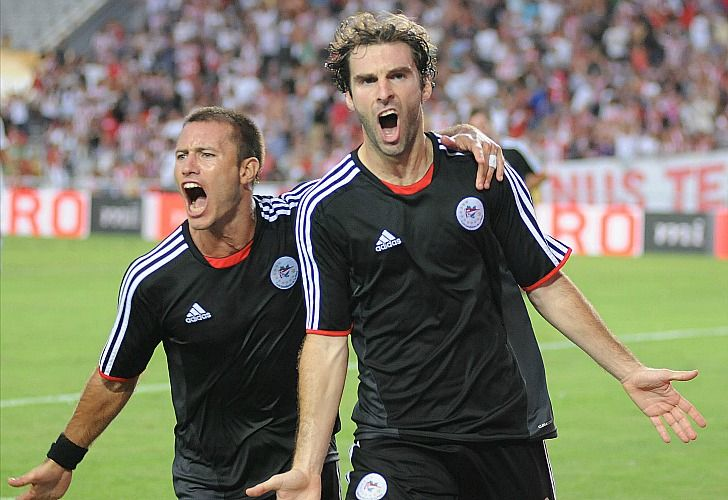 Mauro Boselli festeja su gol con la Gata Fernández. / Télam