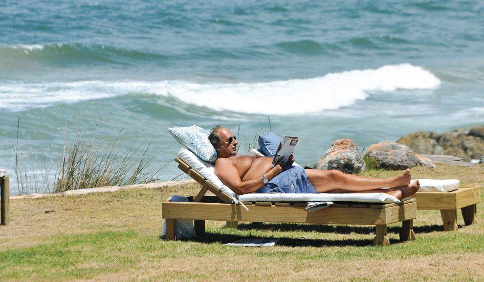 Lector de NOTICIAS. Al sol, lee una nota sobre el romance entre el  modisto Di Doménico  y un ex funcionario K.