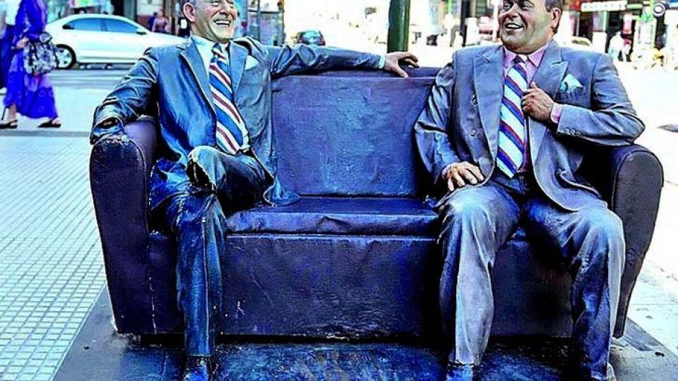 """La estatua de """"Álvarez y Borges"""" está en Corrientes y Uruguay."""
