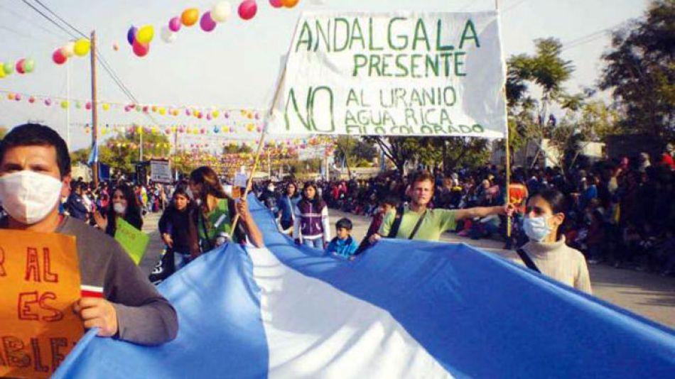 Vecinos autoconvocados y ambientalistas de Andalgalá, periodistas y militantes de partidos nacionales, padecen los piquetes de empleados de la mina Bajo La Alumbrera.
