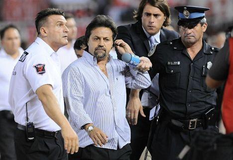 El técnico de Quilmes desplegó una vez más su histrionismo habitual. /DyN