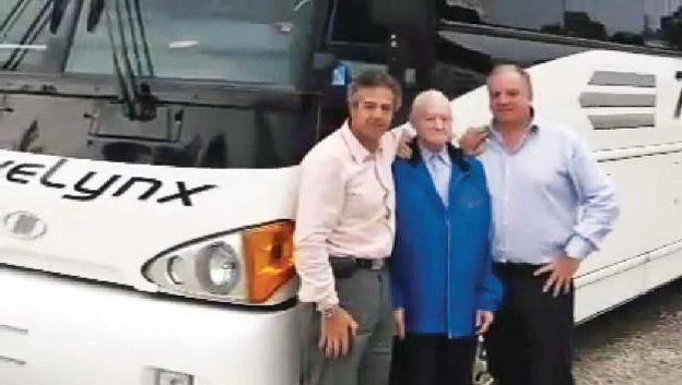 El fundador del holding familiar posa con sus hijos Claudio y Mario hoy.