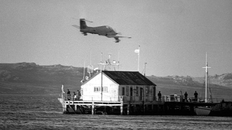 Un avión Pucará surca los cielos malvinenses en un patrullaje aéreo de la zona (mayo 1982).