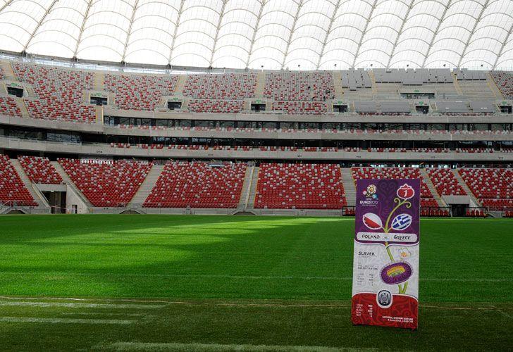 Una version gigante de los tickets de la EURO 2012 es desplegada en el estadio nacional de Varsovia durante un acto. /AFP