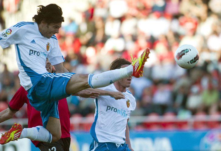 El centrocampista del Real Zaragoza Ángel Lafita remata la pelota durante el partido contra el Mallorca por la Liga de España./ EFE