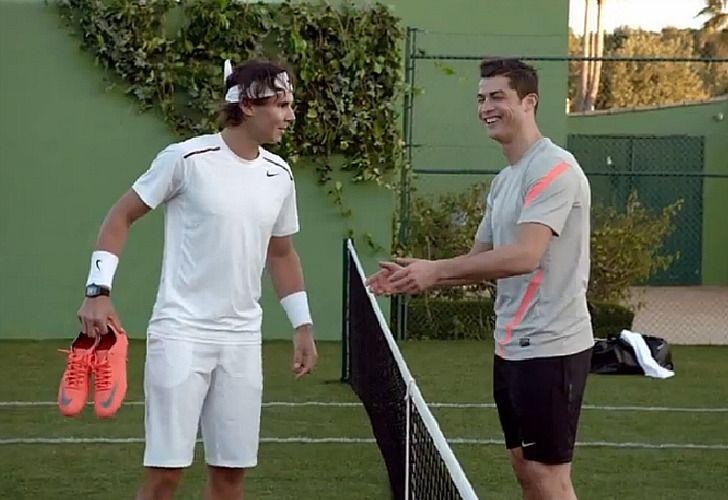 Rafa Nadal le devuelve la pelota a Jarkko Nieminen durante un partido del torneo de Montecarlo./ AFP