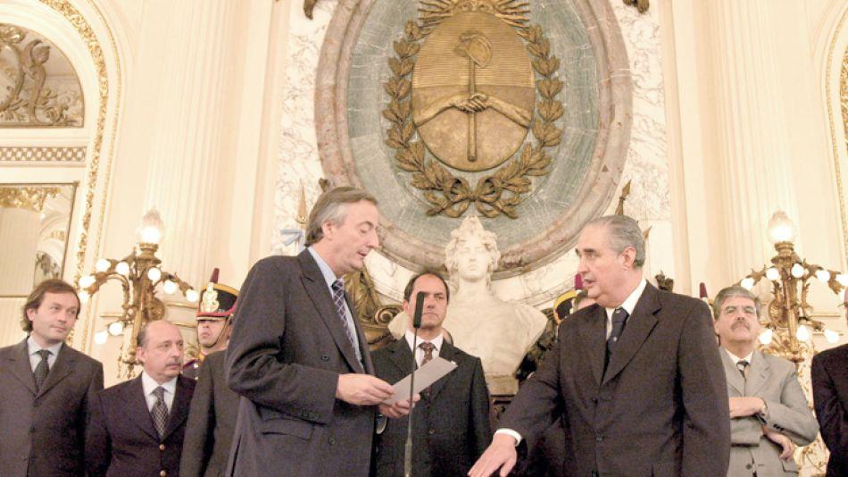 Righi jura ante el ex presidente de Néstor Kirchner como titular de la Procuración General de la Nación, en junio de 2004.