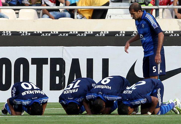 Los jugadores del Al-Hilal celebran rezando el gol anotado ante el Piroozi Athletic de Irán, en un partido correspondiente a la fase de grupos de la Liga de Campeones del Golfo. / AFP