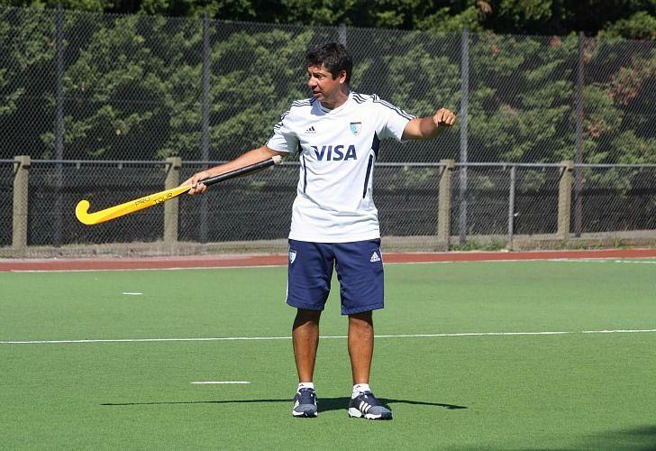 El entrenador Pablo Lombi durante una práctica. /CeDOC