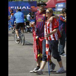 aficionados-del-barcelona-y-el-athletic-esperan-en-madrid-la-final-de-la-copa-del-rey