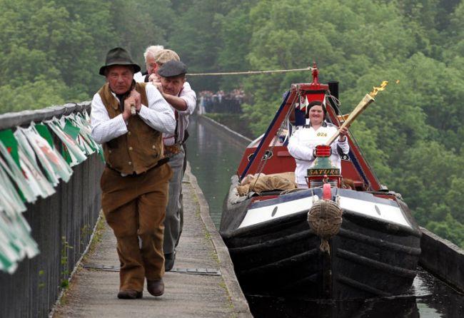 Joanne Gregory corre través del Acueducto Pontcysyllte con la llama olímpica durante el relevo de la antorcha entre Wrexham y Trevor./ AP