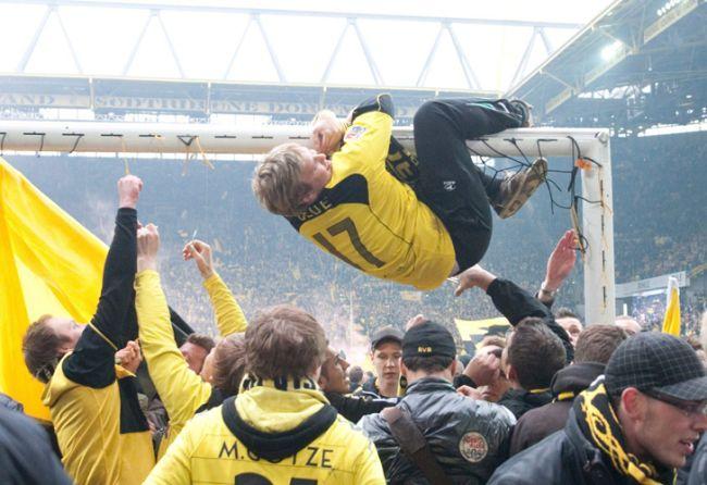 Seguidores del Borussia Dortmund celebran el título de la Liga alemana Bundesliga tras el partido que su equipo ha disputado contra SC Friburgo en el estadio Signal-Iduna-Park en Dortmund (Alemania). / EFE