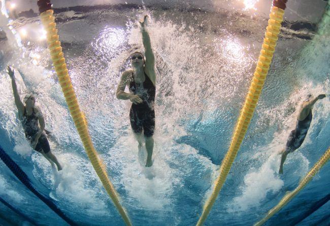 La nadadora alemana Silke Lippok (centro), la francesa Ophelie Cyriell Etienne (izquierda) y la eslovaca Sara Isakovic (derecha), durante la prueba de los 200 metros libres femeninos en el Campeonato de Europa de natación que se celebra en Debrecen, Hungría. /EFE