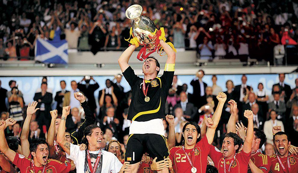 CAMPEONES. España, el ganador del año pasado,  festeja con la copa.