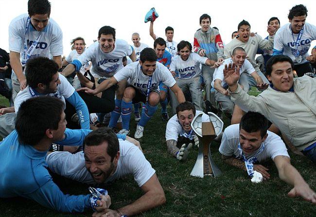 Los jugadores de Arsenal se arrojan de palomita celebrando el título. / Fotobaires