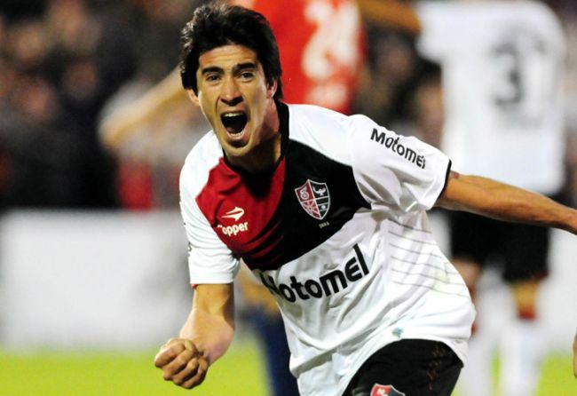 Pablo Pérez festeja el primer gol de Newell's./ Télam