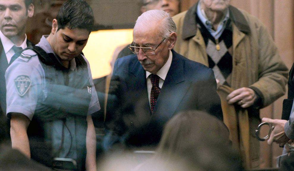 Jueves 5. Jorge Videla al momento de entrar al Tribunal Oral Federal Nº 6. Fue condenado a 50 años de prisión por la apropiación de bebés y niños en la dictadura.
