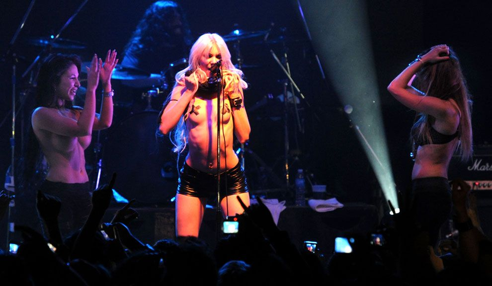 Taylor momsen flashes her audience