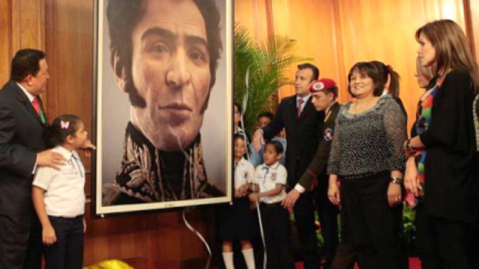 Chávez exhibe el rostro computarizado de Simón Bolívar.
