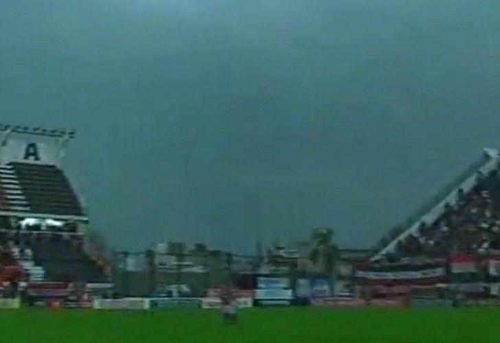 La tormenta y la falta de luz artificial suspendieron el partido entre Chacarita y Atlanta en San Martín. / Captura de TV