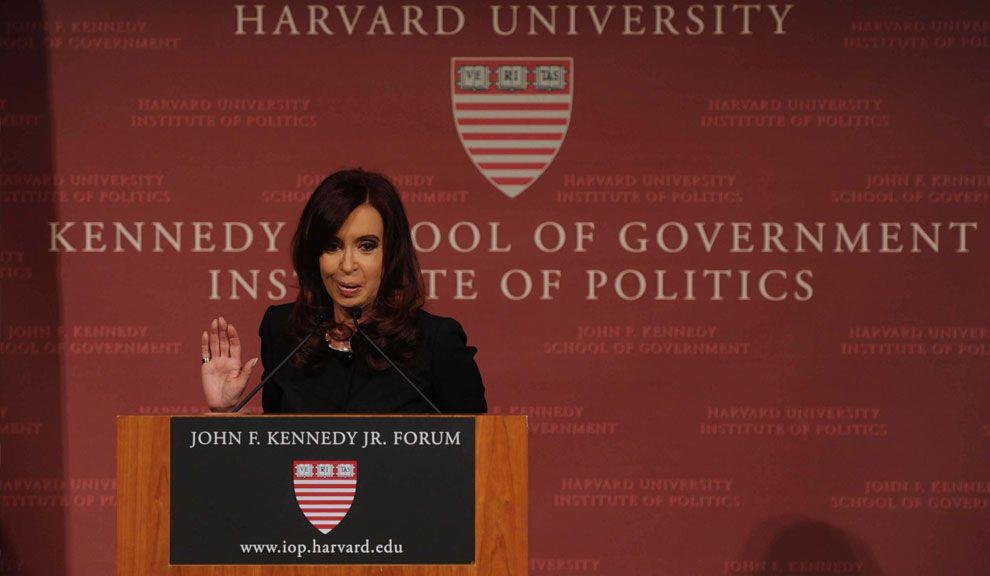 La Presidenta durante su disertación en Harvard.