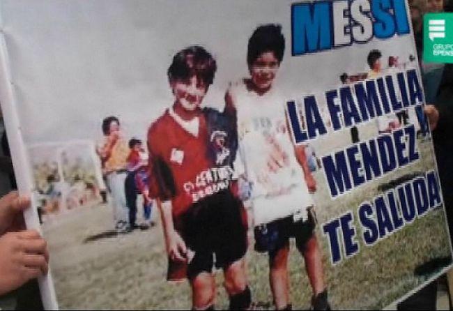 El cartel que la familia Méndez le hizo a Messi, a quien alojaron hace 15 años en Perú cuando La Pulga jugaba en Newell's. / Captura TV