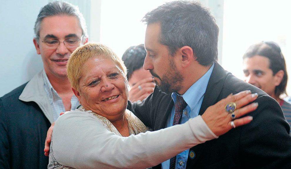 María de las Mercedes Moreno se abraza con Martín Fresneda, secretario de Derechos Humanos de Córdoba.