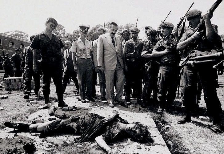 Alfonsín observa el cadáver de una militante asesinada durante el copamiento.