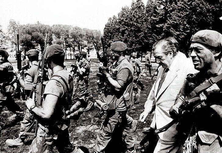 El presidente Raúl Alfonsín debió lidiar con el copamiento. Se le sumaba a la amenaza carapintada.