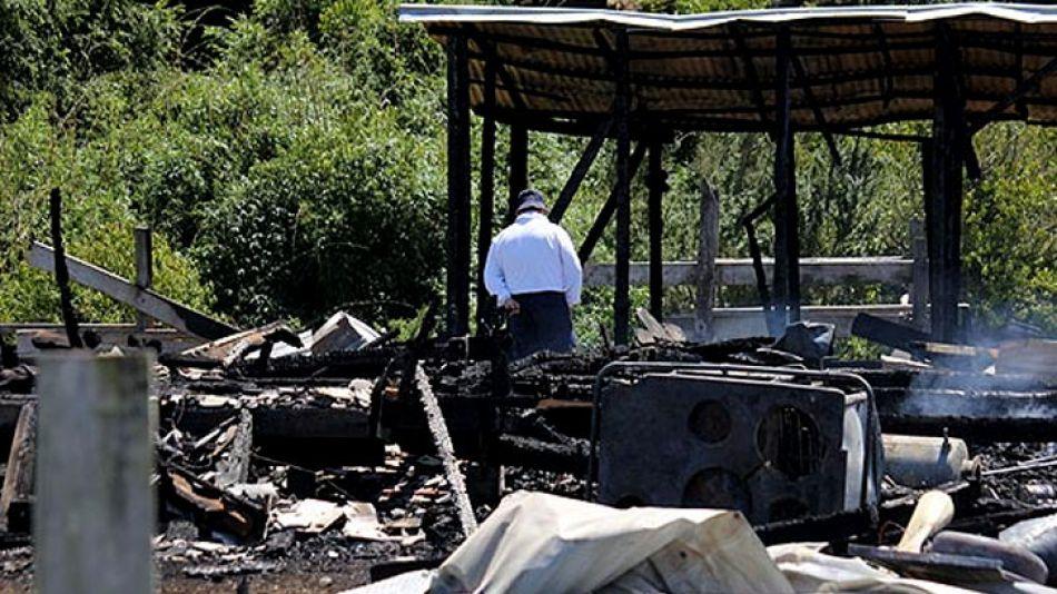 La casa destruida por el ataque incendiario en Río Bueno.
