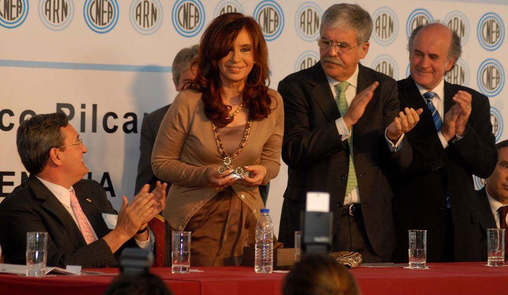 El 25 de octubre de 2010 Cristina utilzó por última vez una prenda de color. Fue cuando visitó las instalaciones reactivadas del Complejo Tecnológico Pilcaniyeu de la Comisión Nacional de Energía Atómica (CNEA) en la provincia de Río Negro, destinadas al enriquecimiento de uranio.