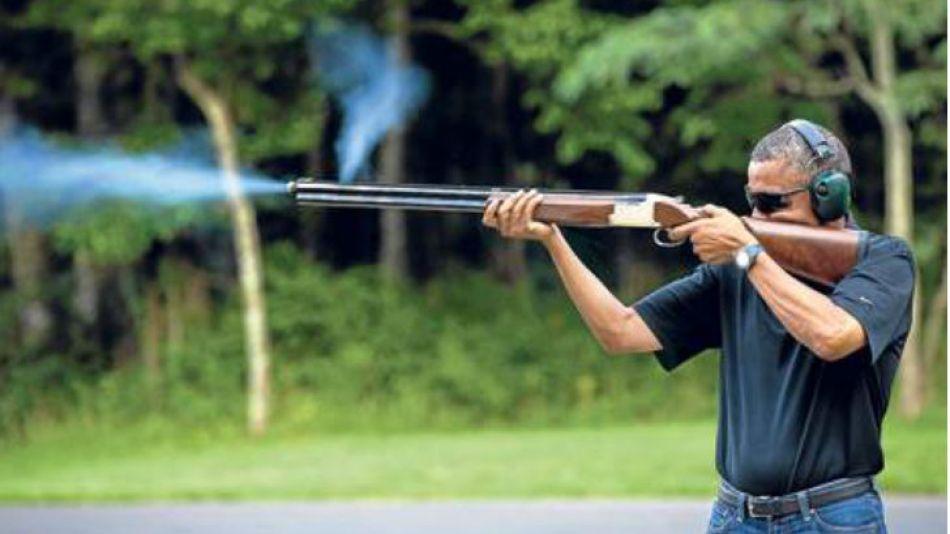 Apunten, fuego. Obama fue retratado por el fotógrafo oficial del gobierno en la Casa Blanca.