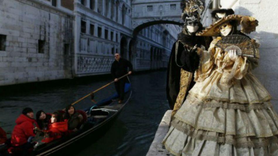 De los carnavales europeos, el que tiene lugar en la novelesca ciudad de Venecia es el que concita mayor interés.
