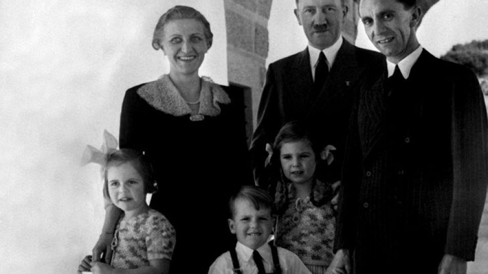 Foto fechada el 25 de octubre de 1938. Hitler posa junto a Goebbels y su familia.