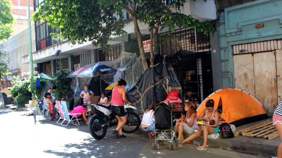 Así viven hace 7 días las familias que habitaban el edificio.