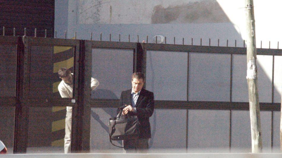 Milenium. Alberto Salvador López deja la sede de la droguería que maneja en la localidad de Florida, provincia de Buenos Aires.